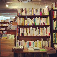 意味や文脈などの繋がりで並んでいる本棚。