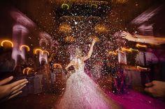 Verrückt, freudig, kunterbunt – ich liebe Konfetti! Mit Konfetti aus vollen Händen ließen sich Nicole und Fabian im Ballsaal des Hotel de Rome feiern.