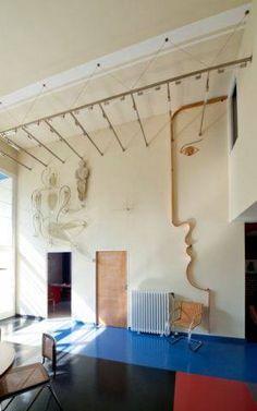 Interior de la Casa Rabe   Adolf Rading   1928-1930 el maniquí metálico colgado en la pared es obra de Oskar Schlemmer