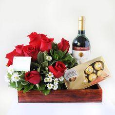 Resultado de imagen para arreglos florales con vino y frutas Valentines Day Baskets, Valentines Flowers, Valentines Day Decorations, Valentine Gifts, Flowers For Men, Diy Flowers, Gift Hampers, Gift Baskets, Wine Bottle Images