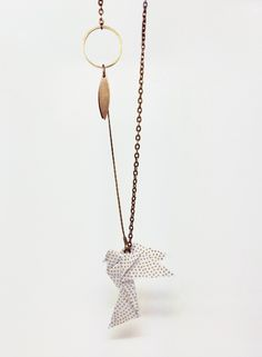 collier KOTORI origami : Collier par noshi Plus Bird Jewelry, Paper Jewelry, Fabric Jewelry, Jewelry Crafts, Jewelery, Handmade Jewelry, Jewelry Design, Origami And Kirigami, Diy Origami