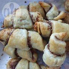 Süße Hörnchen mit Frischkäsefüllung (Rugelach) - Ich besitze eine ganze Menge Rugelach-Rezepte. Dieses ist aber wohl das beste von allen.@ de.allrecipes.com