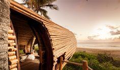 Construido en 2015 en México. Imagenes por The Cubic Studio , Leonardo Palafox. Dar un paseo a la playa de una milla en este complejo ecológico, y lo que atrae la mirada es una forma elíptica envuelta de bambú flotando en algún...  http://www.plataformaarquitectura.cl/cl/796843/treehouse-suite-deture-culsign-architecture-plus-interiors?utm_medium=email&utm_source=Plataforma%20Arquitectura