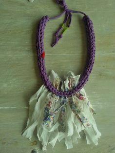 VIOLA crocheted violet t shirt yarn necklace por MerakibyStevie