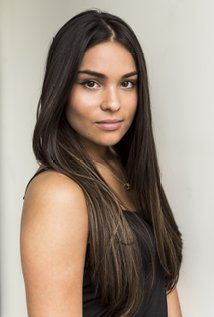 Devery Jacobs was born on August 1993 in Kahnawake, Quebec, Canada as Kawennáhere Devery Jacobs. She is an actress and writer, known for American Gods Rhymes for Young Ghouls and Cardinal Native American Actress, American Indian Girl, Native American Girls, Native American Beauty, American Indians, Devery Jacobs, Jolie Photo, Native Indian, Indian Wolf