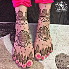 Already bought a pretty pair of payal to flaunt at your Mehndi? Take a pick from our favourite simple foot mehndi design ideas and slay the day in style, girl. Mehndi Designs Feet, Wedding Mehndi Designs, Unique Mehndi Designs, Mehndi Design Images, Mehandi Designs, Henna Tattoo Designs, Leg Mehendi Design, Leg Mehndi, Hand Mehndi