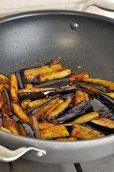 Шикарная, пикантая, остренькая баклажановая закуска! Хороша и в горячем, и в холодном виде. В холодильнике спокойно простоит 3 дня, что очень удобно, т.к. можно заранее приготовить к приходу гостей. Рецепт таких баклажанов родом из Китайской провинции Сычуань. Более точное название этого блюда…
