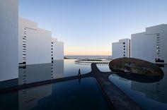 Construido en 2016 en San José del Cabo, México. Imagenes por Joe Fletcher. La primera vez que visité el terreno y percibí el desierto con el agua de fondo en una línea horizontal, diáfana, clara, sentí la enorme pulsión del...