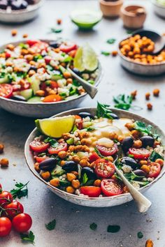 This Vegan Mediterranean Chickpea Salad with Tahini Dressing and crispy roasted chickpeas is quick & easy to make, healthy and a perfect meal-prep recipe! Oven Roasted Chickpeas, Mediterranean Chickpea Salad, Mediterranean Recipes, Vegetarian Dinners, Vegetarian Recipes, Vegan Chickpea Curry, Quinoa, Delicious Vegan Recipes, Desserts