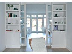 In de bijlage vind u een vergelijkbare model. Een simpel, strak en modern ontwerp met deuren tot het plafond met daarin veel glas. De breedte van de kamer is 3,00 meter. De voorkant zal hetzelfde zijn als de achterkant. Diepte +/- 85 cm.