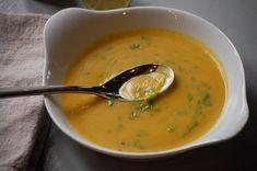 Kerrie pompoensoep met courgette en limoen. Serveren met een beetje fijngehakte peterselie en genieten maar.. Soup Recipes, Healthy Recipes, Healthy Food, Souped Up, Wonderful Recipe, Cheeseburger Chowder, Thai Red Curry, Food And Drink, Tasty