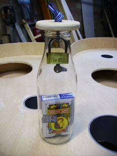 Baraja de naipes en una botella,con candado interior.
