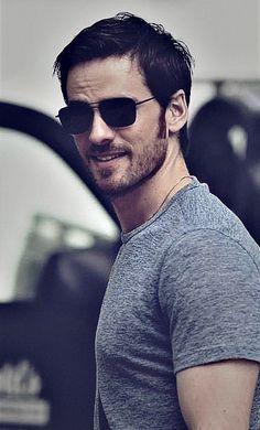 Colin Colin O'Donoghue aka Captain Hook (once upon a time) always being so sexy! Killian Jones, Colin O'donoghue, Emma Swan, Once Upon A Time, Logan Lerman, Robin Hood, Emilie De Ravin, Outlaw Queen, Hommes Sexy