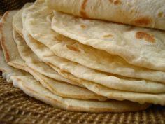 En México las tortillas conocidas como de harina, son una preparación de harina de trigo sin levadura y son tradicionales del Norte de la república, a diferencia del resto del país donde se consume más la tortilla de maíz. Se considera una adaptación del pan de pita, o algún pan de origen judío. En Taquería El Emiliano encontrarás esta tortilla en nuestras deliciosas quesadillas  y para acompañar el delicioso queso fundido.
