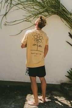 Camisetas / Birden Co. - Loja Online Surf Style Men, Surfer Style, Shirt Print Design, Tee Shirt Designs, Mode Masculine, T Shirt Surf, Urban Fashion, Mens Fashion, Surf Fashion