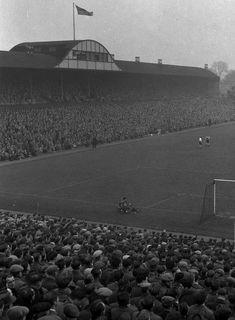 St James Park, Newcastle Utd in the Newcastle Football, Newcastle United Fc, St James' Park, 1950s, The Past, Building, Travel, Vintage, Viajes