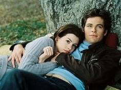 Anne Hathaway and Chris Pine in Princess Diaries 2 Princess Diaries 2, Chris Pine Princess Diaries, Anne Hathaway, Iconic Movies, Good Movies, Nicholle Tom, Films Hallmark, Diary Movie, Millionaire Dating