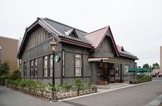 弘前公園前店は日本有数の桜の名所である弘前城公園の目の前に位置し、日本で2店舗目となる登録有形文化財への出店となります。1917年に陸軍師団長の官舎として建設された木造の建物で、和洋折衷のデザインが特徴的です。建物そのものの意匠を大切にし、地域の素材や伝統工芸をアレンジしながらデザインに取り入れることで、建物と弘前の歴史に敬意を払いながらスターバックスのコーヒーネスを表現しています。