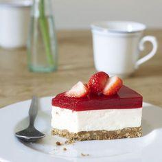 Die herrlich fruchtig-frische Torte muss vor dem Servieren über Nacht kalt gestellt werden. Nur richtig reife Erdbeeren verwenden - dann schmeckt die...
