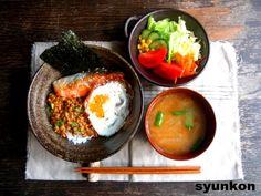 納豆、鮭、目玉焼きのごちそう丼で朝ごはん - 山本ゆりの簡単♪ 週末カフェ朝ごはん レシピブログ - 料理ブログのレシピ満載!