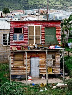 A double storey shack Nompumulelo an informal settlement in de Eastern Cape of South Africa See Think Wonder, Derelict Buildings, Toy House, Out Of Africa, Beaches In The World, Slums, South Africa, Architecture, House Styles