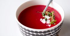 Tiedättekö mikä on ehkä helppotekoisin, mutta huumaavan kaunis ruoka? No punajuurikeitto tietenkin. Ei vaadi sorminäppäryyttä (tosin hi...