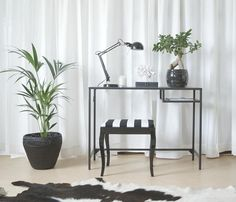 heimarbeitsplatz mit ikea gardinen und rollos u a mit schottis faltjalousien in wei eivor. Black Bedroom Furniture Sets. Home Design Ideas