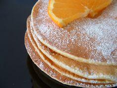 """Oğlum bu sabah """"Anne hani sen bir kek yapıyordun. Böyle yumuşak, yuvarlak. Ben çok seviyordum."""" deyince portakallı pankek istediğini anladım. Bir ara her pazar sabahı hatta bazen hergün yapıyordum kahvaltıya. Reçelle, balla ama özellikle Nutella'yla"""