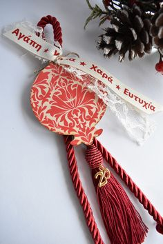Χειροποίητο γουρι με ξύλινο ρόδι Band, Christmas Ornaments, Holiday Decor, Accessories, Sash, Christmas Jewelry, Christmas Decorations, Bands, Christmas Decor
