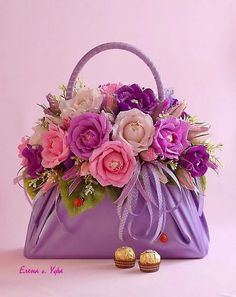 DIY Beautiful Handbag Style Candy Flower Basket from Cereal Box Flower Bag, Flower Basket, Flower Boxes, Beautiful Flower Arrangements, Floral Arrangements, Beautiful Flowers, Rosen Box, Chocolate Bouquet, Floral Bags
