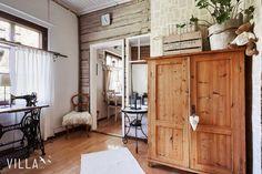 Astuessa sisään tähän ihastuttavaan kotiin, kiinnittyy huomio ensimmäisenä eteisen kauniiseen hirsiseinään sekä kirjan sivuilla tapetoituun seinään. Kerrassaan ihana DIY-idea käyttää vanhoja kirjoja seinän päällystämiseen.