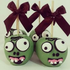 Manzanas de plantas vs zombies Zombie Birthday Parties, Zombie Party, Birthday Ideas, Halloween Apples, Halloween Cookies, Zombies Vs, P Vs Z, Halloween Backen, Gourmet Caramel Apples