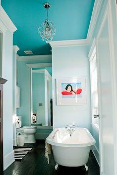 Witte badkamer, gekleurd plafond. Evt met houten accenten
