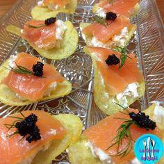 Canapé de patata y salmón, deliciosos canapés de salmón con una base de patatas chips Tosfrit. Appetizers For Party, Appetizer Recipes, Canapes Salmon, Xmas Dinner, Tasty, Yummy Food, Patatas Chips, Recipe Images, Appetisers