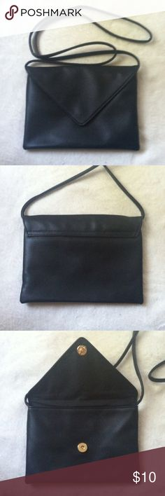 """NWOT Forever 21 Crossbody bag purse •New without tag •Faux leather envelope style design •Snap button closure •Size: 6""""x8"""" with 24"""" strap drop •Color: Black •Brand: Forever 21 •NO TRADES Forever 21 Bags Crossbody Bags"""