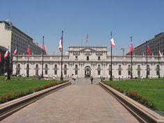 La Moneda en el centro de Chile. Los muchachos hicieron un haka fuera de la casa de gobierno de Chile llamada a La Moneda.
