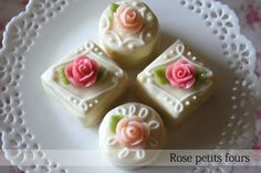 decoration on petit fours Deco Cupcake, Cupcake Cakes, Fancy Cakes, Mini Cakes, Just Desserts, Dessert Recipes, Petit Cake, Little Cakes, Small Cake