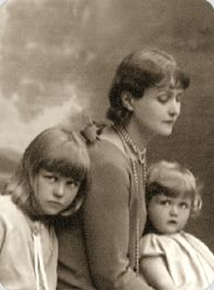 Angela Lansbury (far right) with her mother Moyna and older step-sister Isolde Denham (who later married, and divorce, Peter Ustinov)