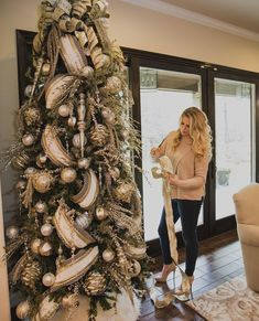 Traditional Christmas tree decorates your room 2020 Beautiful Christmas tree with lights and decorations, Christmas decorations ideas, Christmas tree design 2020 Elegant Christmas Trees, Silver Christmas Decorations, Traditional Christmas Tree, Ribbon On Christmas Tree, Christmas Tree Design, Christmas Tree Themes, Christmas Traditions, White Christmas, Christmas Wreaths