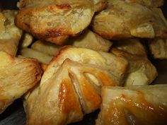 Pateuri cu branza Appetizers, Romanian Food, Chicken, Breakfast Ideas, Food Ideas, Fine Dining, Recipies, Salads, Appetizer