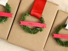 Embalagem de papel pardo, com fita e um pedaço de galho de árvore de Natal em formato de circulo. Para fechar, um pedaço de papel Color7, para o nome do destinatário.                                                                                                                                                                                 Mais