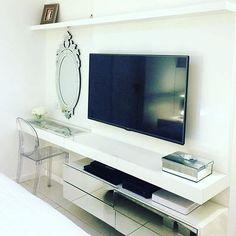 2 em 1, para um quarto pequeno essa solução de agregar a penteadeira ao painel de tv é um ótimo exemplo ...