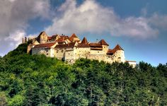 The Rasnov Fortress is a Romanian historic monument that was used as a defense system for the Transylvania villages exposed to Tartar and Ottoman invasions. Beautiful Places In The World, Wonderful Places, Romania Facts, Romanian Castles, Peles Castle, Visit Romania, Best Travel Guides, Bucharest, Eastern Europe