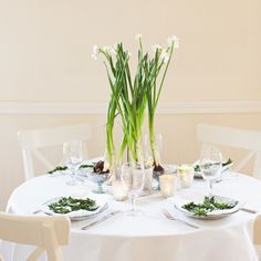 Boxwood & Paperwhite Holiday Table #green #white #camillestyles