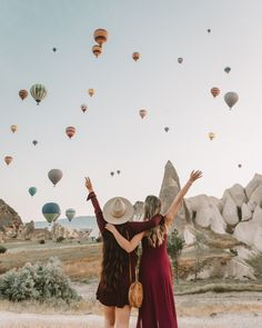 Discover the 5 best photo spots in Cappadocia from beautiful cave hotels to the best view of the hot air balloons rising over Goreme. Balloons Photography, Photography Tips, Travel Photography, Places To Travel, Places To Go, Turkey Destinations, Cappadocia Turkey, Cappadocia Balloon, Capadocia