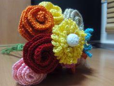 Ramo de flores en crochet para la boda de mi hermana, aun no está terminado...