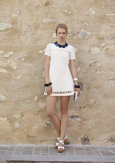 O branco é a cor do verão. Vestido curto com recortes na barra e no decote. Verão 2016 Romariabh #whitedress #summerdress #summerlook #verão2016 #fashion #sttropez #romariabh