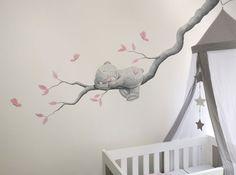 Me to You beertje liggend op een tak, schildering gemaakt op spachtelputz (structuur) door BIM Muurschildering.  Me to You bear mural painting nursery