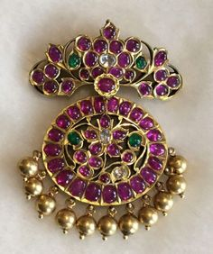 Gold Jewelry Design In India Antic Jewellery, Gold Jewellery Design, Temple Jewellery, Designer Jewellery, Indian Wedding Jewelry, Indian Jewelry, Bridal Jewelry, Mughal Jewelry, Small Pearl Necklace