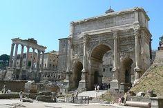 Arco de Septimio Severo-  Construído no ano 203 d.C. en honor do emperador Septimio Severo e os seus fillos Caracalla e Geta para celebrar a  victoria sobre os partos. Cando Septimio Severo morreu Caracalla asesinou ó seu irmán para ser emperador en mandou  borrar o nome de Geta de todos os monumentos para que a xente se esquecese del.